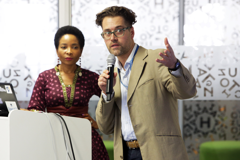 Niklas Zimmer (right) presents with DVC Prof Mamokgethi Phakeng on UCT's new institutional data repository.